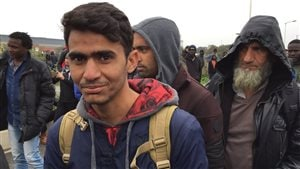 Des migrants attendent de longues heures pour quitter la « jungle » de Calais.