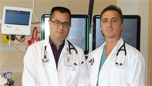 Les médecins Kym Jim (gauche) et Gustavo Nogareda croient que de meilleurs services de traitement pour les crises cardiaques à l'hôpital de Red Deer pourraient sauver plus de trente vies par an.