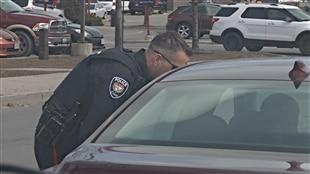 Un policier d'Ottawa effectue un contrôle routier.