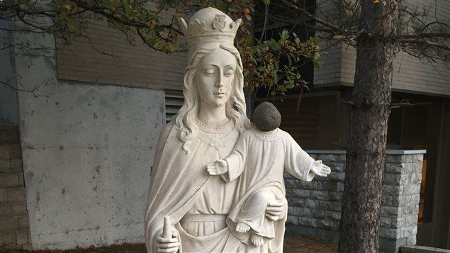 La statue de Marie et Jésus avec une pierre au lieu de la tête de Jésus.