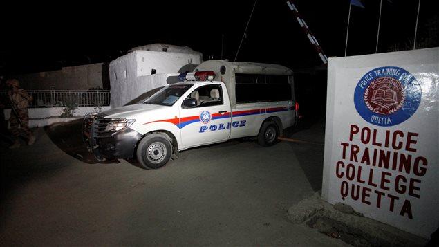 L'entrée de l'école de police à Quetta après l'attentat