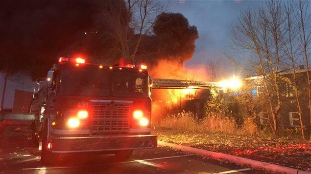 Un incendie a éclaté dans un garage attenant à un immeuble à logements de la rue Hertel au centre-ville de Trois-Rivières.