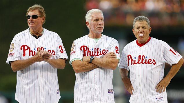 Mike Schmidt (au centre) est entouré de Steve Carlton (gauche) et Larry Bowa (droite)