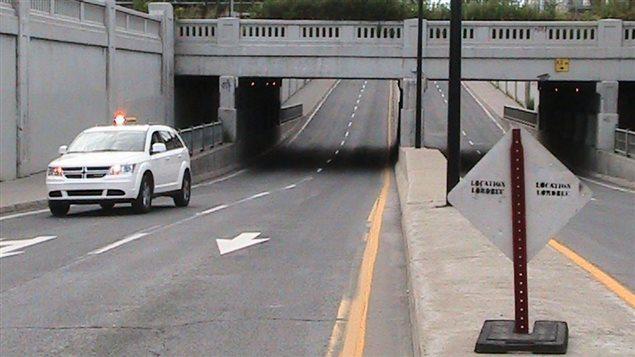 Une voiture passe sous le viaduc Papineau.