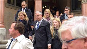 Dennis Oland quitte le palais de justice de Fredericton après sa libération sous caution.