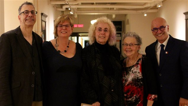 De gauche à droite : Larry Steele, professeur à l'Université Mount Saint Vincent; Lucie Hotte, présidente du jury; Irène Oore, récipiendaire 2016; Marguerite Maillet, écrivaine, éditrice, professeure et historienne de la littérature acadienne; et René Cormier, président de la Société Nationale de l'Acadie