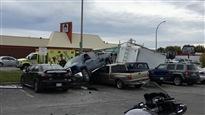 Cinq personnes ont été blessées dans cet accident à Gatineau dont une qui a succombé à ses blessures.