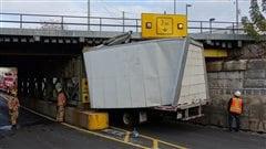 Un camion s'encastre sous un viaduc à Saint-Lambert