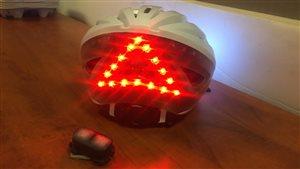 Le casque utilise la technologie Bluetooth pour connecter les lumières à un bouton installé sur le guidon.