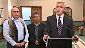 Le premier ministre Dwight Ball avec les leaders autochtones