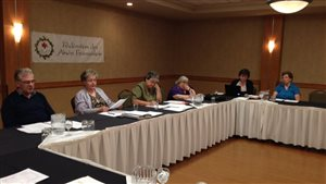 Mme Annette Labelle, au centre, lors de l'AGA de la Fédération des aînés fransaskois en mai 2015 à Saskatoon.