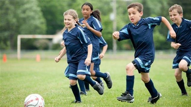 Des enfants jouant au soccer