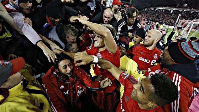 Les joueurs du Toronto FC célèbrent avec les partisans