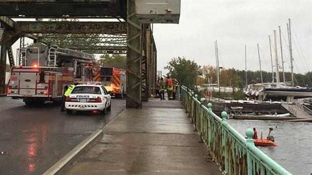 Un véhicule a plongé dans le lac Ontario de ce pont de la rue Cherry.