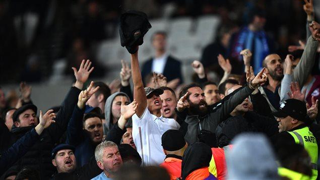 Des partisans s'affrontent après le match entre Chelsea et West Ham