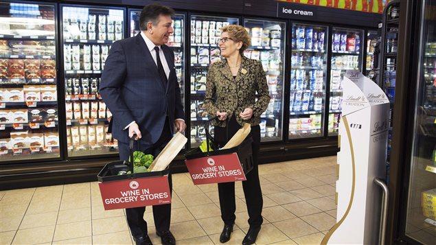 Le ministre des Finances Charles Sousa et la première ministre Kathleen Wynne annoncent en février que du vin sera vendu dans les épiceries.