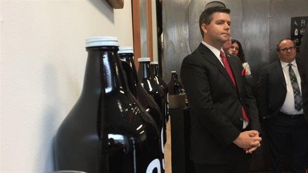 Le ministre Jeremy Harrison lors de l'annonce de jeudi pour aider les petits producteurs de bière de la province.