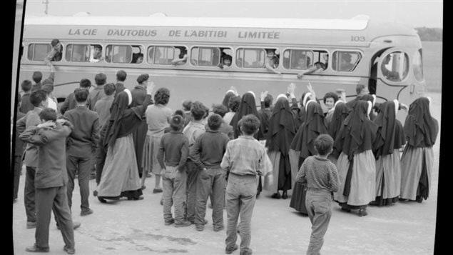 Des soeurs disent au revoir à des enfants autochtones qui partent au pensionnat
