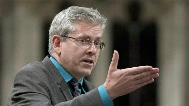 Le porte-parole néo-démocrate en matière d'affaires autochtones, Charlie Angus, accuse le gouvernement de «discrimination ethnique systémique».