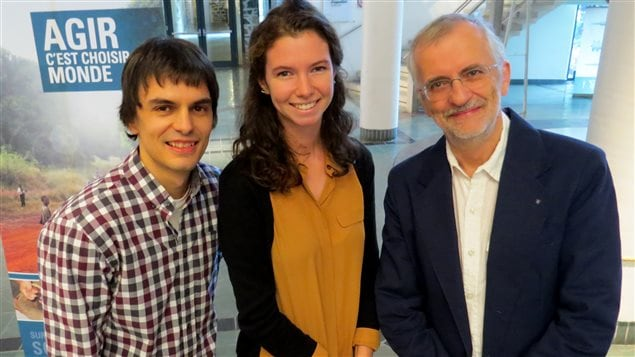 Annabelle Caron, responsable régionale des JQSI 2016, est entourée de Richard Grenier et de Jean-Claude Landry du CS3R.
