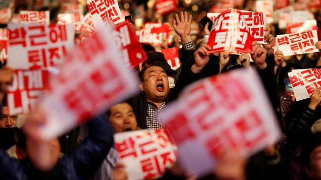 Des manifestants en colère scandent «Trahison!» et «Criminelle!» à l'endroit de la présidente Park Geun-hye.