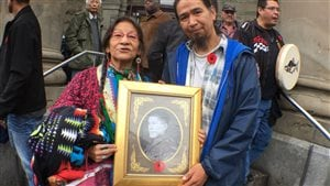 Vivian Sandy accompagnée de son neveu, de la nation autochtone Secwepemc de Williams Lake honore la mémoire du grand-oncle de la famille qui a servi comme militaire pendant la Seconde Guerre mondiale.