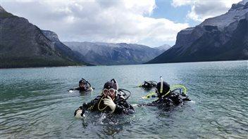 Battre les sentiers : la plongée sous-marine à Minnewanka Landing