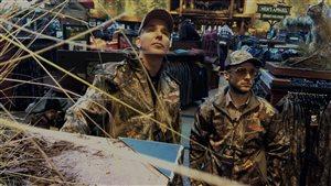 Rej et Menoncle Jason au magasin de chasse et pêche
