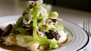 Joues de veau sauce bordelaise, purée de chou-fleur, salade de céleri et de raisins
