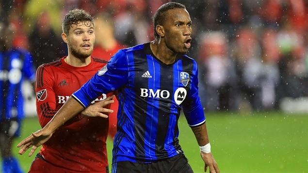Eriq Zavaleta, du Toronto FC, et Didier Drogba de l'Impact lors du match du 30 novembre à Toronto
