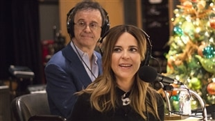 Stéphane Laporte et Julie Snyder écoutent attentivement une chanson de Paul Piché.