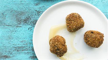 Cromesquis de boudin aux oignons caramélisés et beurre de poire