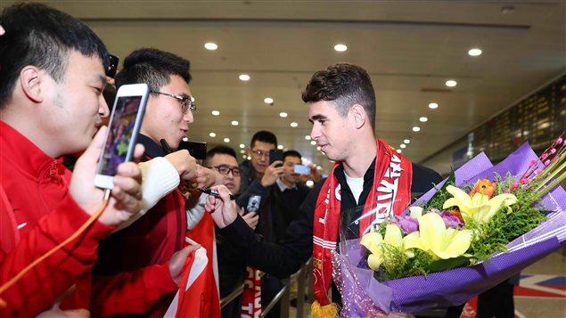 Le joueur de soccer brésilien Oscar à son arrivée à l'aéroport de Shanghai le 2 janvier 2017.