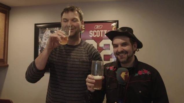 <p>MC Gilles rencontre l'ex-joueur de CH John Scott le dur à cuire</p>