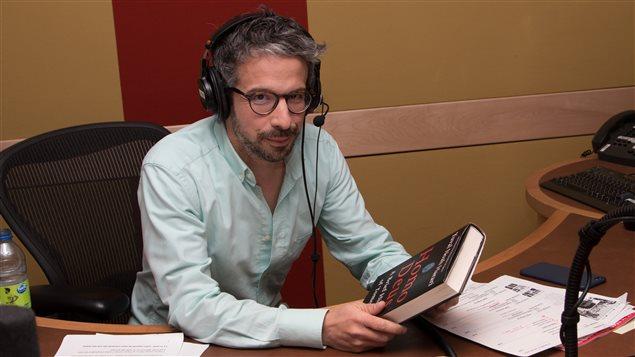 Matthieu Dugal avec une copie du livre <i>Homo Deus</i>