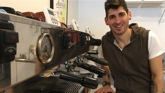 David Lalonde devant sa machine à café.