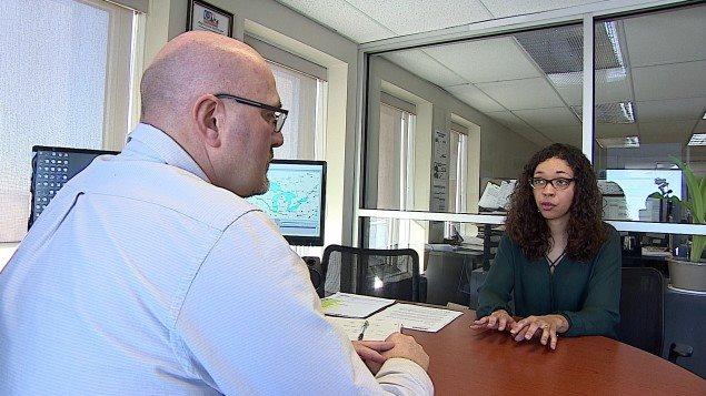 Céline Moukoumi parle à Maynard Friesen, gestionnaire de flotte à Q-Line Trucking.