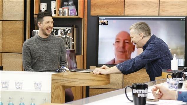 Pierre-Bruno et André font une entrevue par Skyp devant un ordinateur.