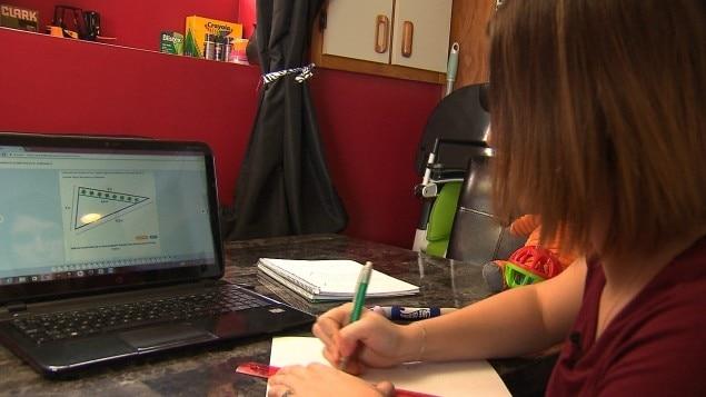 Émilie Deschamps est en train d'étudier.