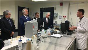 Philippe Couillard visite le Centre de recherche sur les biotechnologies marines de Rimouski.