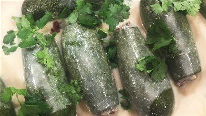 Courgettes farcies à la sauce au yogourt aux herbes