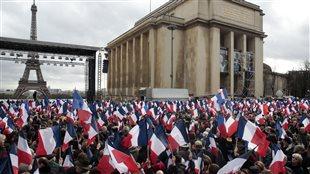 Rassemblement pour appuyer le candidat à l'élection présidentielle française François Fillon, parti de droite des Républicains, le 5 mars 2017 sur la place du Trocadéro, face à la Tour Eiffel à Paris.