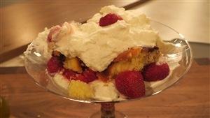 Gâteau avec crème fouettée et fraises
