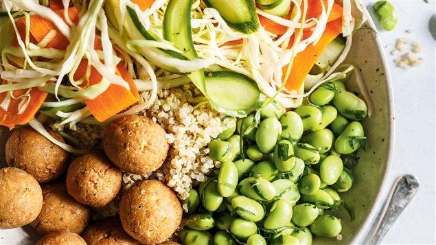Bol de quinoa, légumes marinés et edamame
