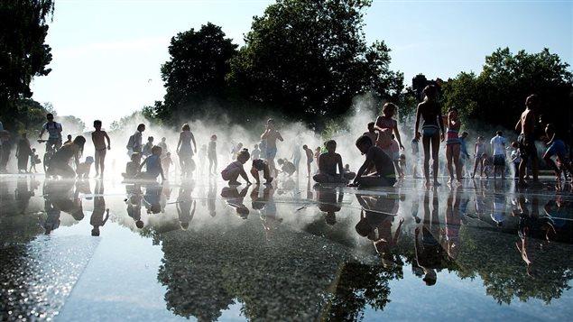 Des enfants jouent avec de l'eau