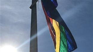 Un drapeau de la fierté gaie à Regina