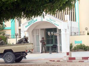 Des militaires montent la garde face à la radio nationale.