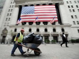 Un travailleur devant le siège de la Bourse de New York.