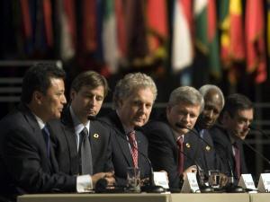 Marc Ravalomanana, Shawn Graham, Jean Charest, Stephen Harper, Abdou Diouf et François Fillon à la clôture du Sommet de la Francophonie à Québec