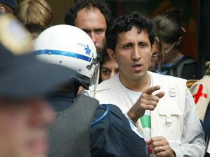 Amir Khadir après son arrestation lors d'une manifestation contre l'Organisation mondiale du commerce